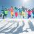 Party Skiurlaub Gäste haben Spaß springen im Schnee